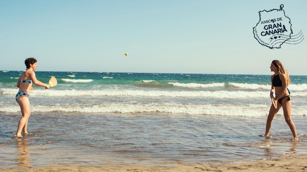 La tenista Carla Suárez juega un partido de palas en la playa