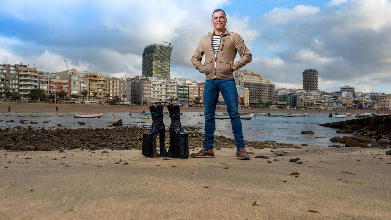 Carlos Menéndez con sus plataformas de Drag Queen en la Playa de Las Canteras, en la isla de Gran Canaria