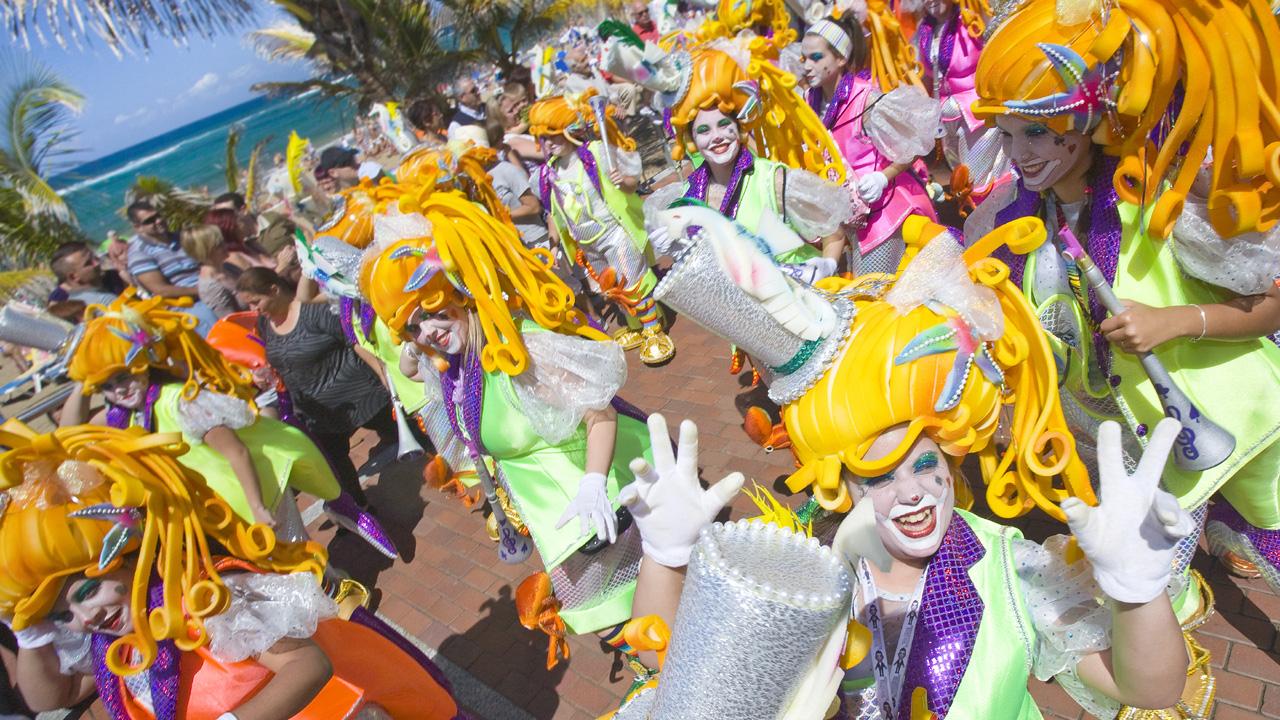 Murgas del Carnaval en el Carnaval de Las Palmas de Gran Canaria por el Paseo de Las Canteras
