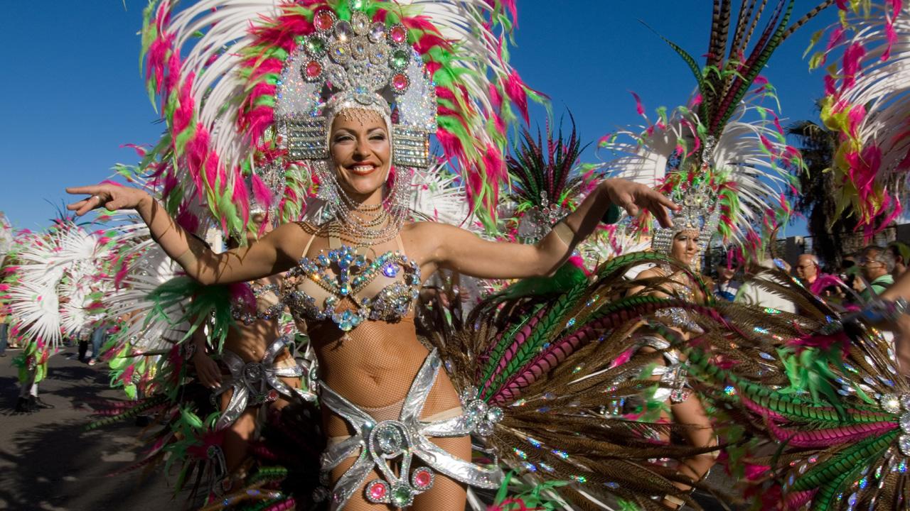 """Der Karneval von Las Palmas de Gran Canaria spiegelt den offenen, lebendigen und toleranten Charakter der Stadt wider. Unter der Diktatur von Francisco Franco war Karneval schlichtweg verboten. Doch den Bürgern gelang es, ihn unter dem Namen """"Winterfes"""