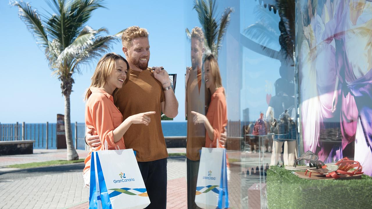 Una pareja observa un escaparate de una tienda en la zona de Meloneras, en la isla de Gran Canaria