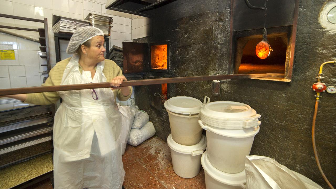 Rosa María realizando trabajos de repostería de almendra, en Tejeda