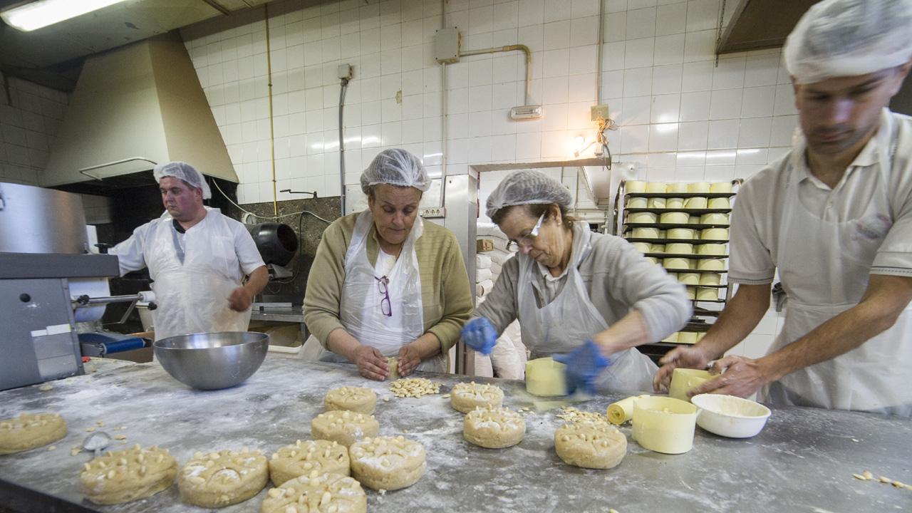 Trabajadores realizando mazapanes de almendra