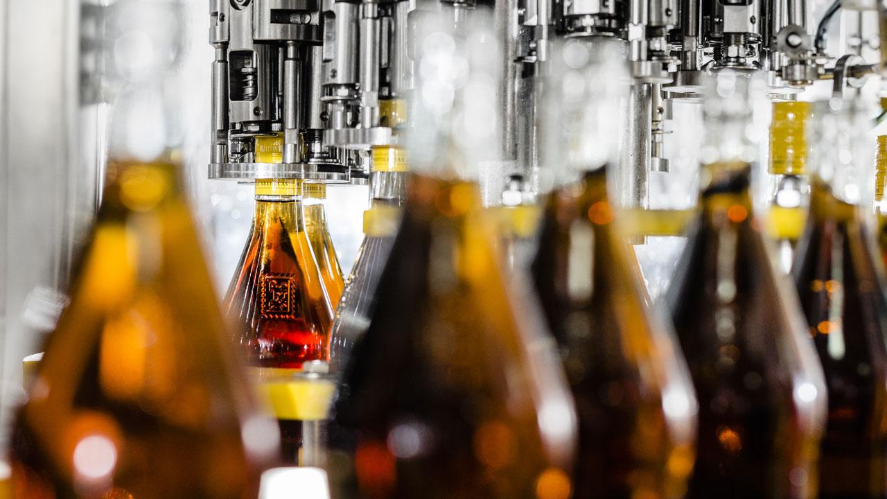 Bottling process at Destilería Arehucas. Picture by Destilerías Arehucas