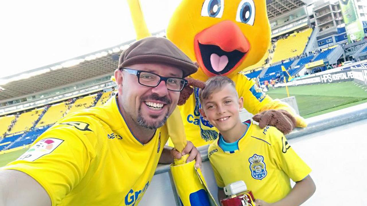 Familia y mascota de la UD Las Palmas en el Estadio de Gran Canaria