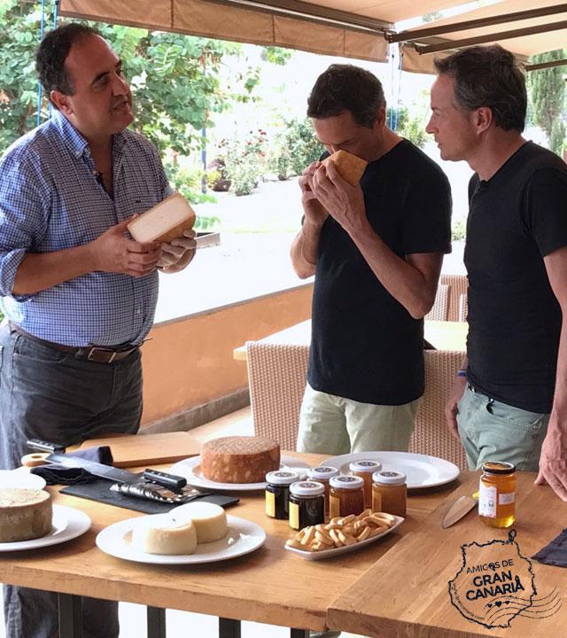 Los cocineros y Hermanos Torres reciben información sobre Quesos y Miel de Gran Canaria
