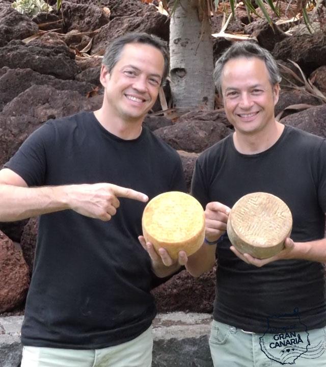 Los cocineros y Hermanos Torres son fotografiados con quesos de Gran Canaria