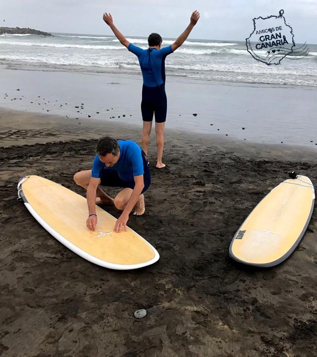 Los cocineros y Hermanos Torres se preparan para practicar surf en La Cícer en la playa de Las Canteras