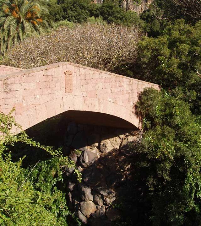 Steinbrücke im Botanischen Garten Viera y Clavijo (Jardín Canario), auf Gran Canaria