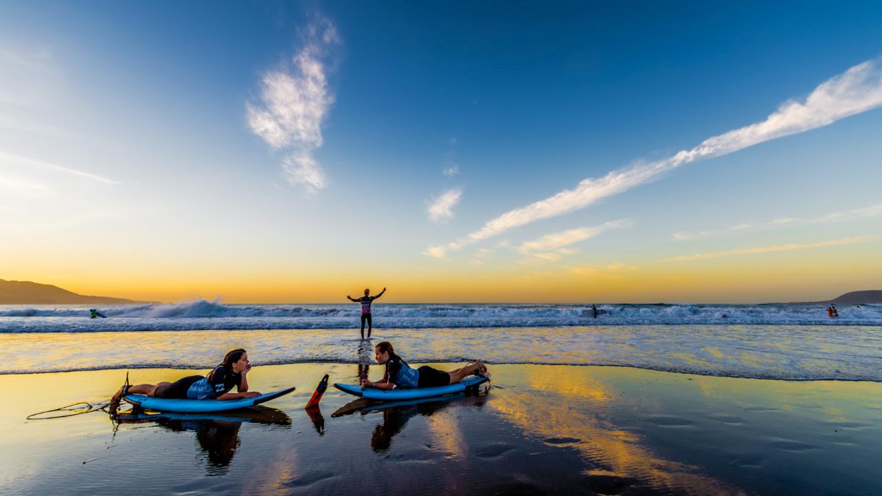 Surferos en la orilla de La Cícer, en la Playa de Las Canteras
