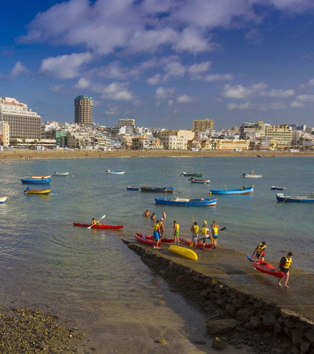 Práctica de actividades náuticas en la zona de La Puntilla