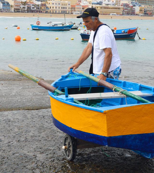 Manolo lleva su barca hacia el mar