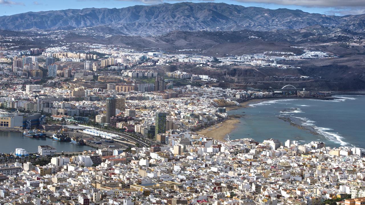 Aussicht über Las Palmas de Gran Canaria mit den Stadtvierteln, Puerto de La Luz und Las Canteras Strand, zu beiden Seiten