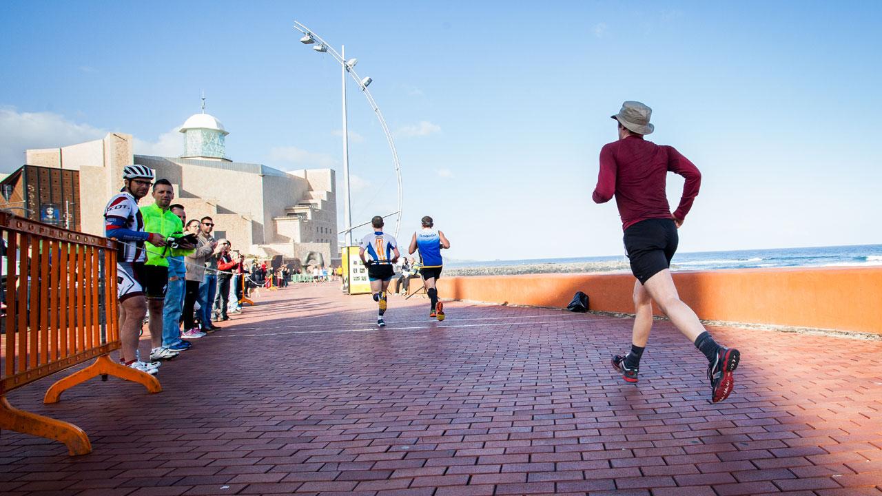 Corredores de la edición de la Gran Canaria Maratón 2014 transcurriendo por la Playa de Las Canteras