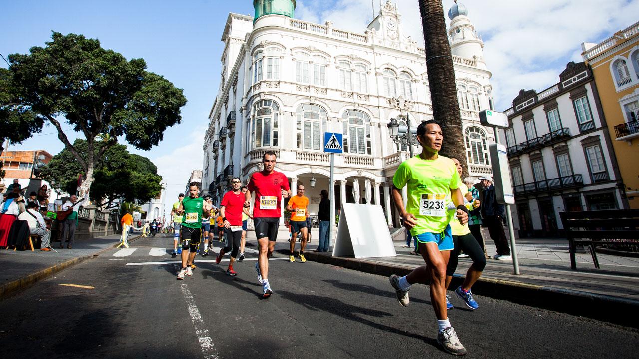 Corredores de la edición de la Gran Canaria Maratón 2014 transcurriendo por la zona de La Alameda de Colón y Plaza de Cairasco en Las Palmas de Gran Canaria