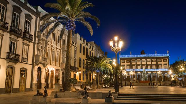 Plaza de Santa Ana iluminada y decorada en Navidad, en la isla de Gran Canaria