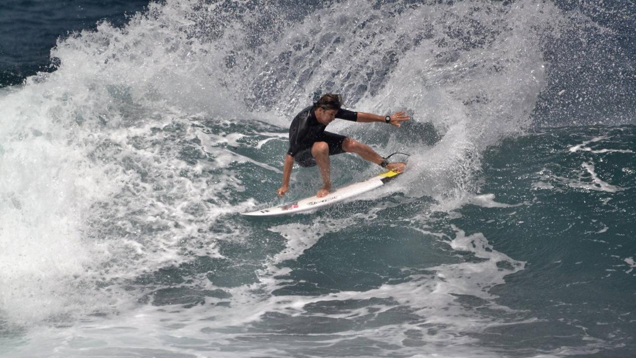 Pablo Solar surfeando