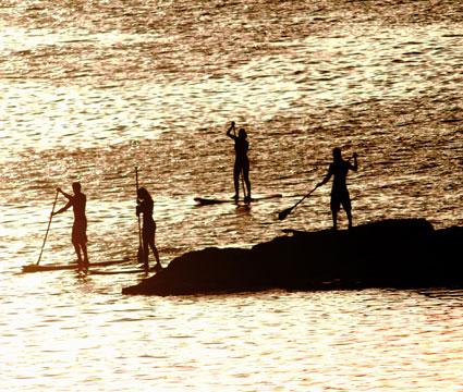 Un grupo de personas practica Stand up paddle Surf en la Playa de Las Canteras en la isla de Gran Canaria