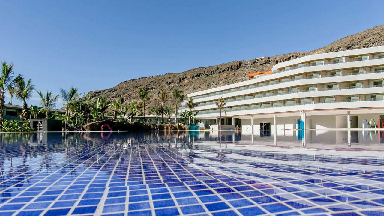 Piscina del Radisson Blu Resort & Spa, Gran Canaria Mogán. Fotografía de Radisson Blu Resort & Spa, Gran Canaria Mogán