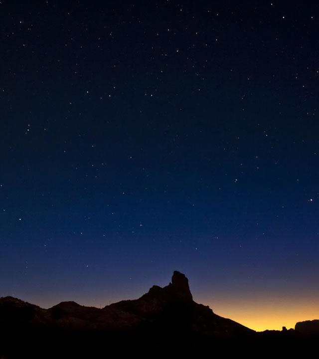 Roque Bentayga con cielo estrellado en Gran Canaria