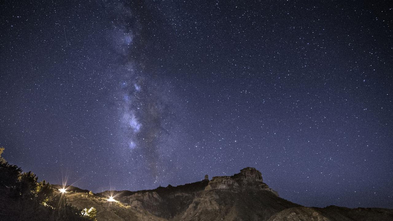 Roque Nublo junto a cielo estrellado en Gran Canaria