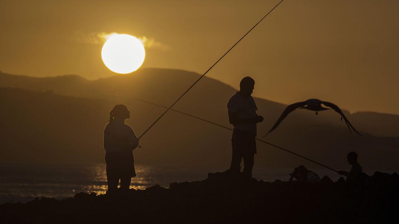Una familia disfruta de la pesca al atardecer en Gran Canaria