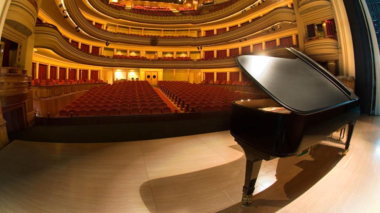 Interior del Teatro Pérez Galdós, con piano de cola en el escenario