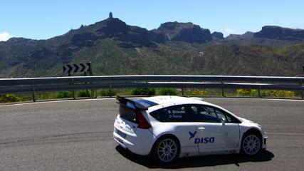 Test del Rally Islas Canarias, en una edición anterior del evento. Roque Nublo al fondo, en la isla de Gran Canaria