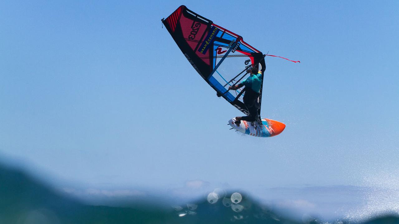 Salto de un Windsurfista en Pozo Izquierdo, Gran Canaria