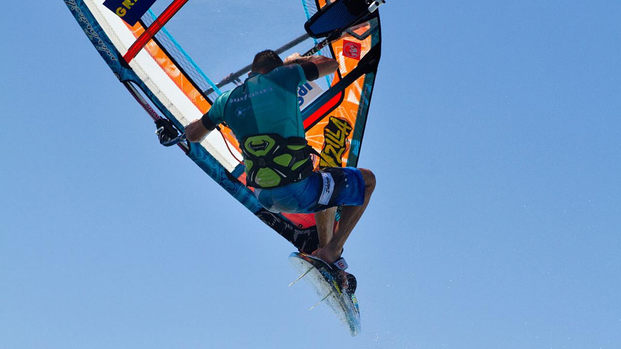 Salto de un Windsurfista en el mundial de Windsurf en Pozo Izquierdo, Gran Canaria