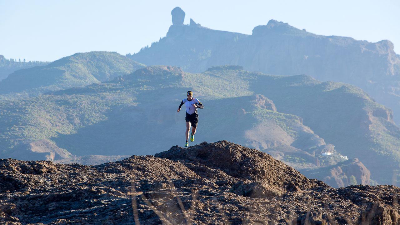 Yeray Durán practicando ultra-trail en Gran Canaria, Roque Nublo al fondo