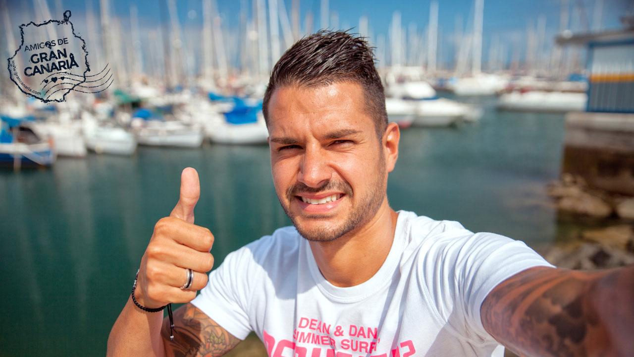 Vitolo se hace un selfie en el Muelle Deportivo de Las Palmas de Gran Canaria, Gran Canaria