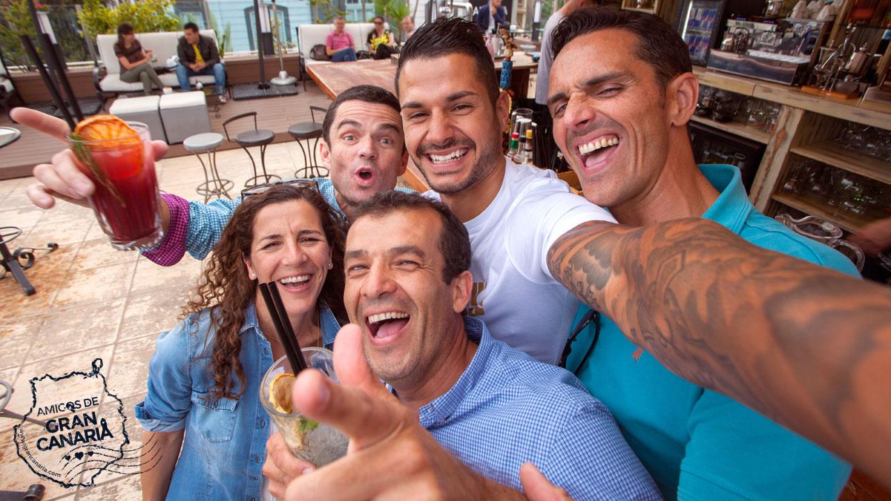 Vitolo y un grupo de amigos se hacen un selfie en una terraza de Las Palmas de Gran Canaria, en Gran Canaria