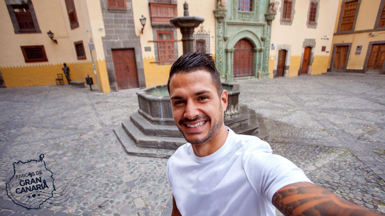 Vitolo se hace un selfie en la Plaza del Pilar nuevo, con la Casa Museo de Colón al fondo. Vegueta, Gran Canaria