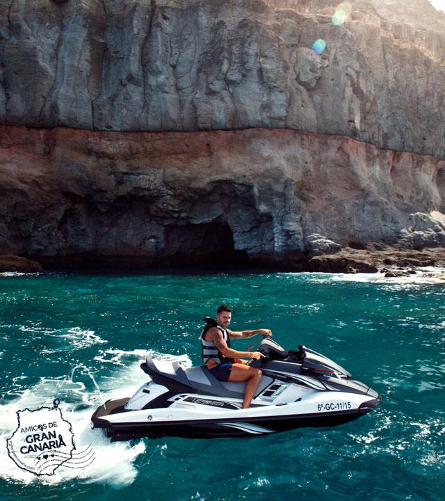 Vitolo disfruta del mar en una moto de agua en Gran Canaria
