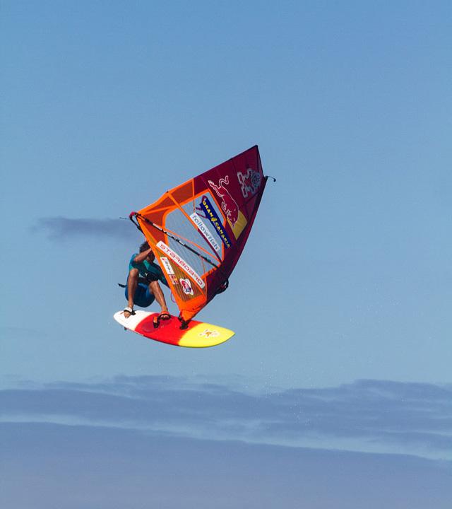 Windsurfista salta en el mundial de Pozo Izquierdo, Gran Canaria