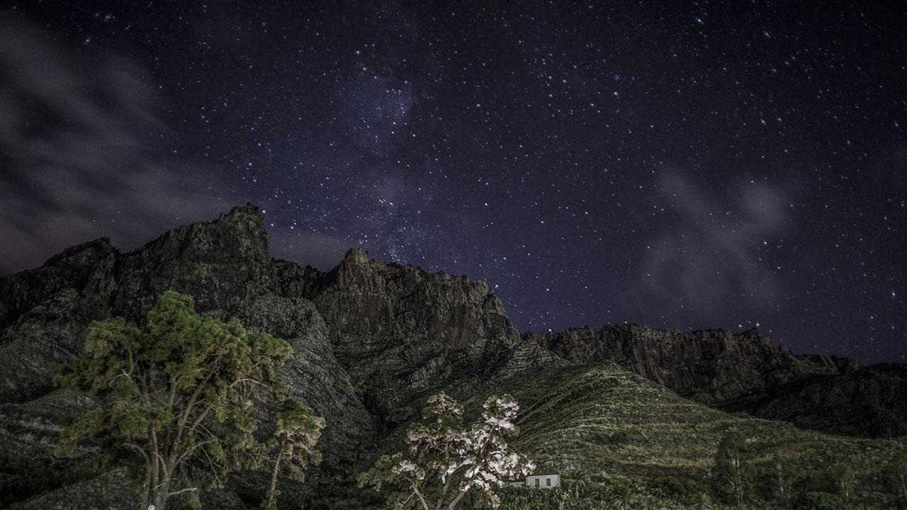 Valle en Gran Canaria con cielo estrellado