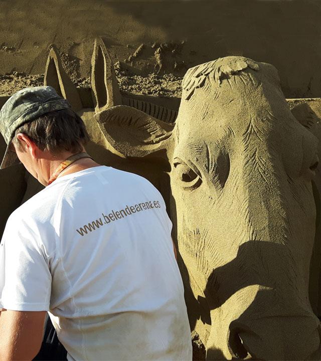 Escultor trabajando en la arena de la Playa de Las Canteras para realizar el Belén de Arena
