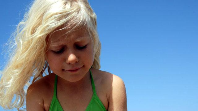 Primer plano de niña en la playa