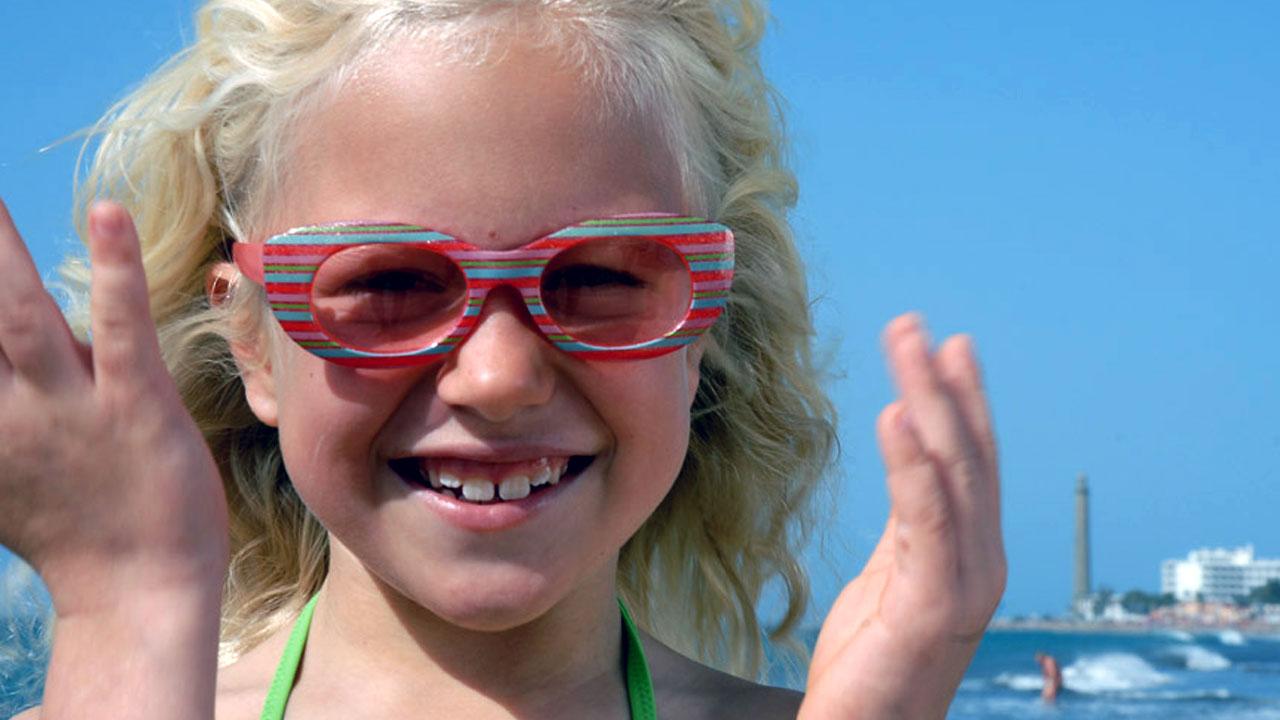 Niña se divierte en la playa