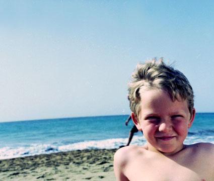 Primer plano de niño en la playa