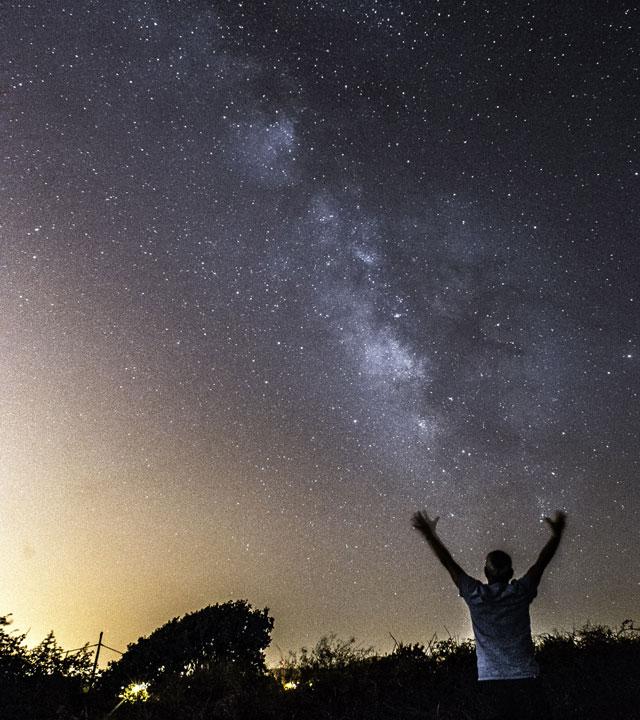 Una persona observa el cielo estrellado desde Gran Canaria