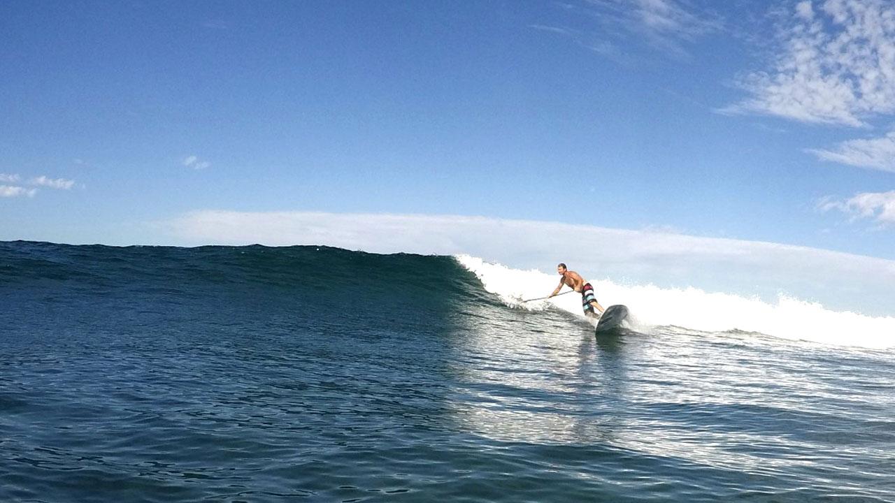 Björn Dunkerbeck practica Stand Up Paddle Surf en Arguineguín, Gran Canaria