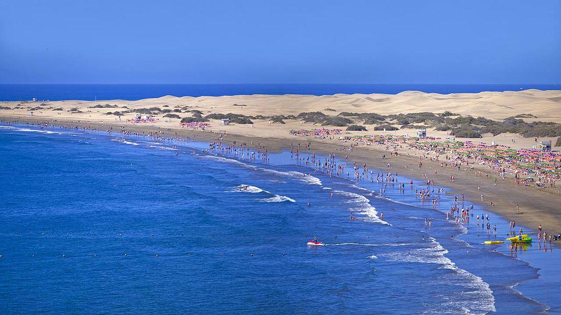 Der Strand von Playa del Inglés in der Gemeinde San Bartolomé de Tirajana