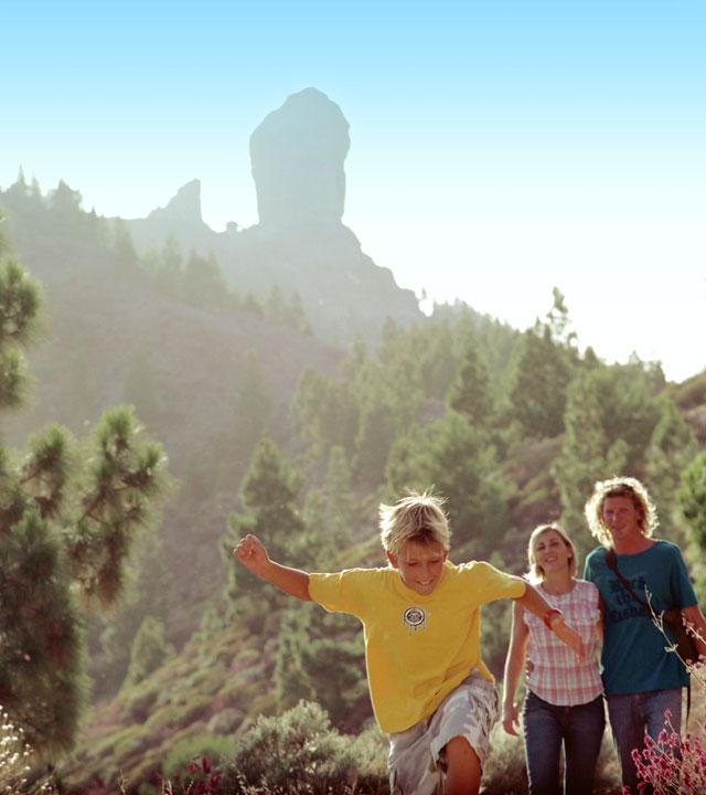 Familia practica senderismo con Roque Nublo como testigo