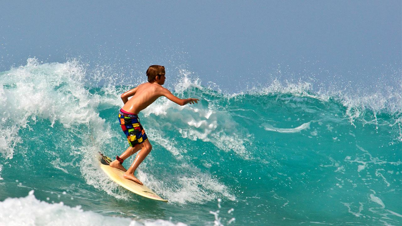 Niño surfeando en Gran Canaria