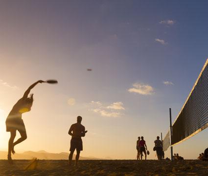 Un grupo de personas juegan al Tenis Playa en la Playa de Las Canteras, en la isla de Gran Canaria