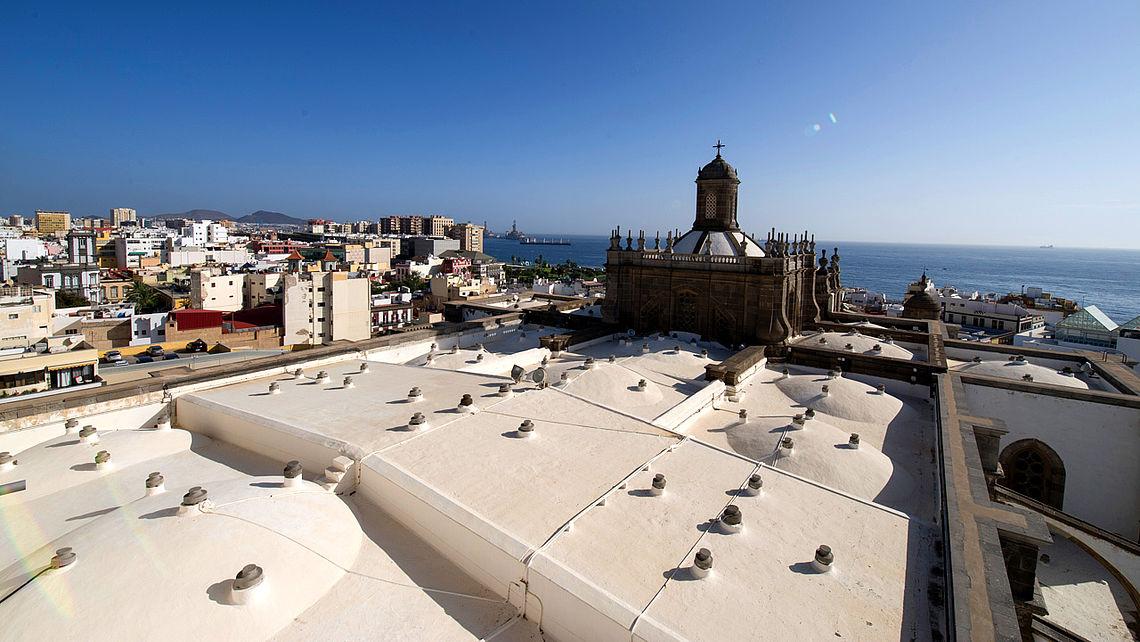 Kathedrale Santa Ana, im Hintergrund das Meer