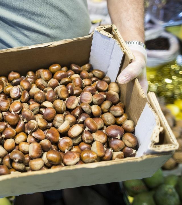 Venta de castañas en un mercado