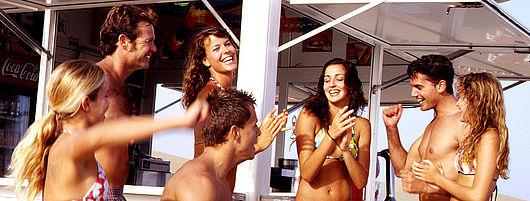 Grupo de jóvenes se divierten en los chiringuitos de la playa de Maspalomas